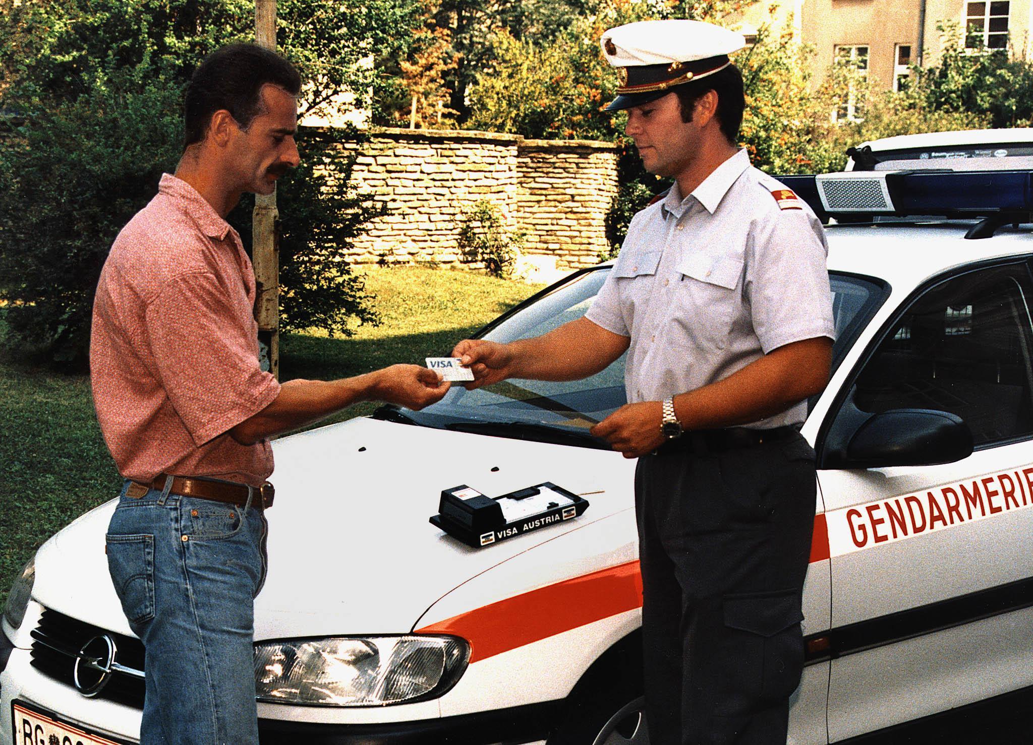 -ZU OTS 091- Mit 1.Jänner 1999 wird die Kreditkarten-Zahlung von Strafmandaten eingeführt. Visa-Austria ist jetzt schon startbereit. OTS-FOTO: Visa-Austria