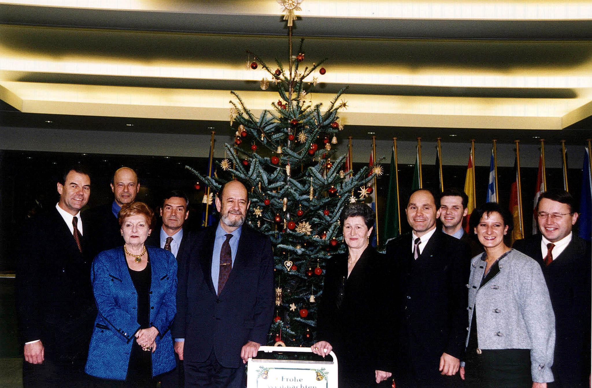-ZU OTS 222- Weihnachtsstimmung im Europaparlament.Die Übergabe eines niederösterreichischen Weihnachtsbaumes an EP-Präsident Gil Robles. APA-Photo: ÖVP