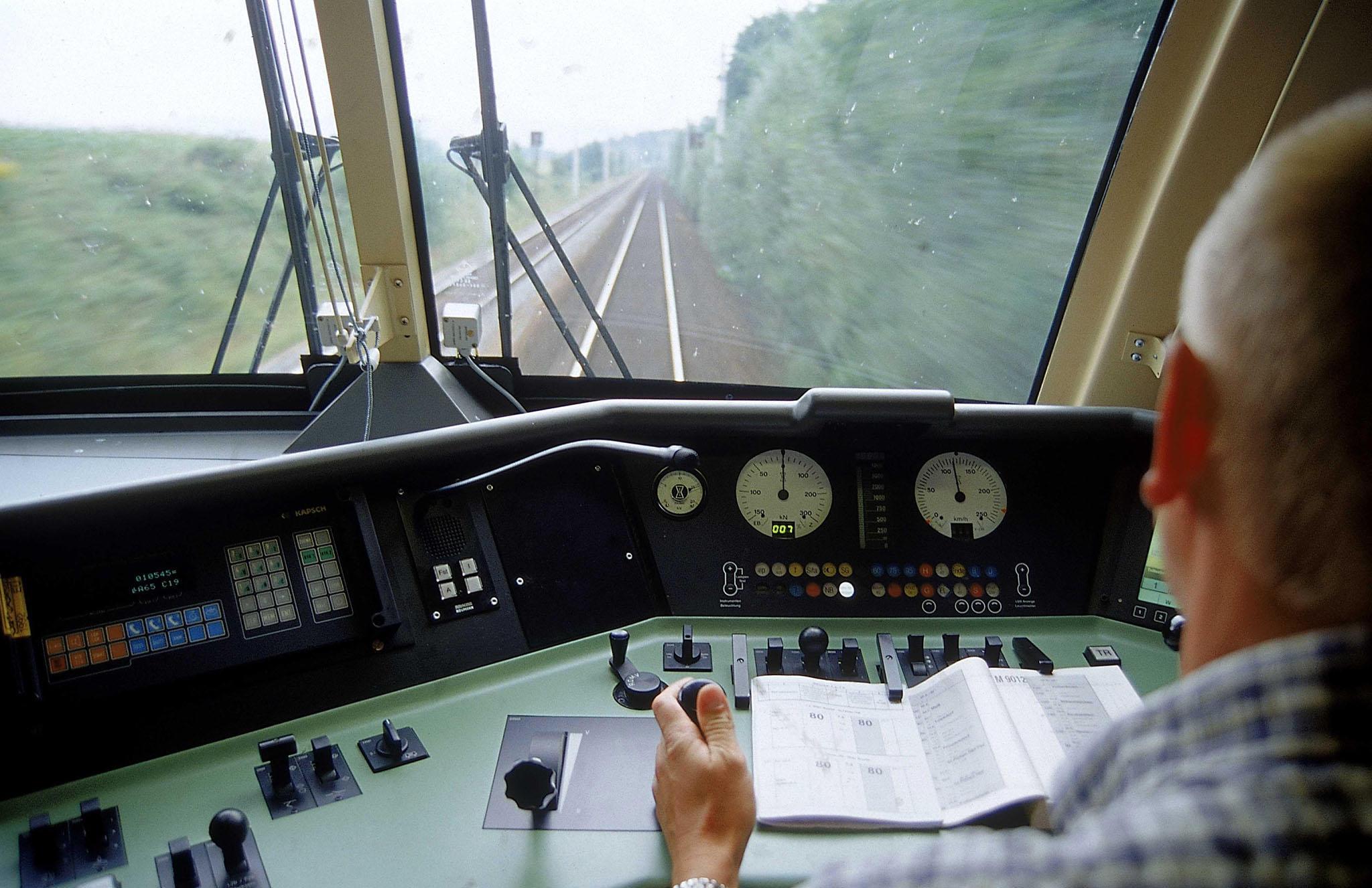 Bild zu OTS - Bestens ausgebildet sind die Lok-Führer der ÖBB für den Einsatz auf Österreichs Schienen bereits heute.