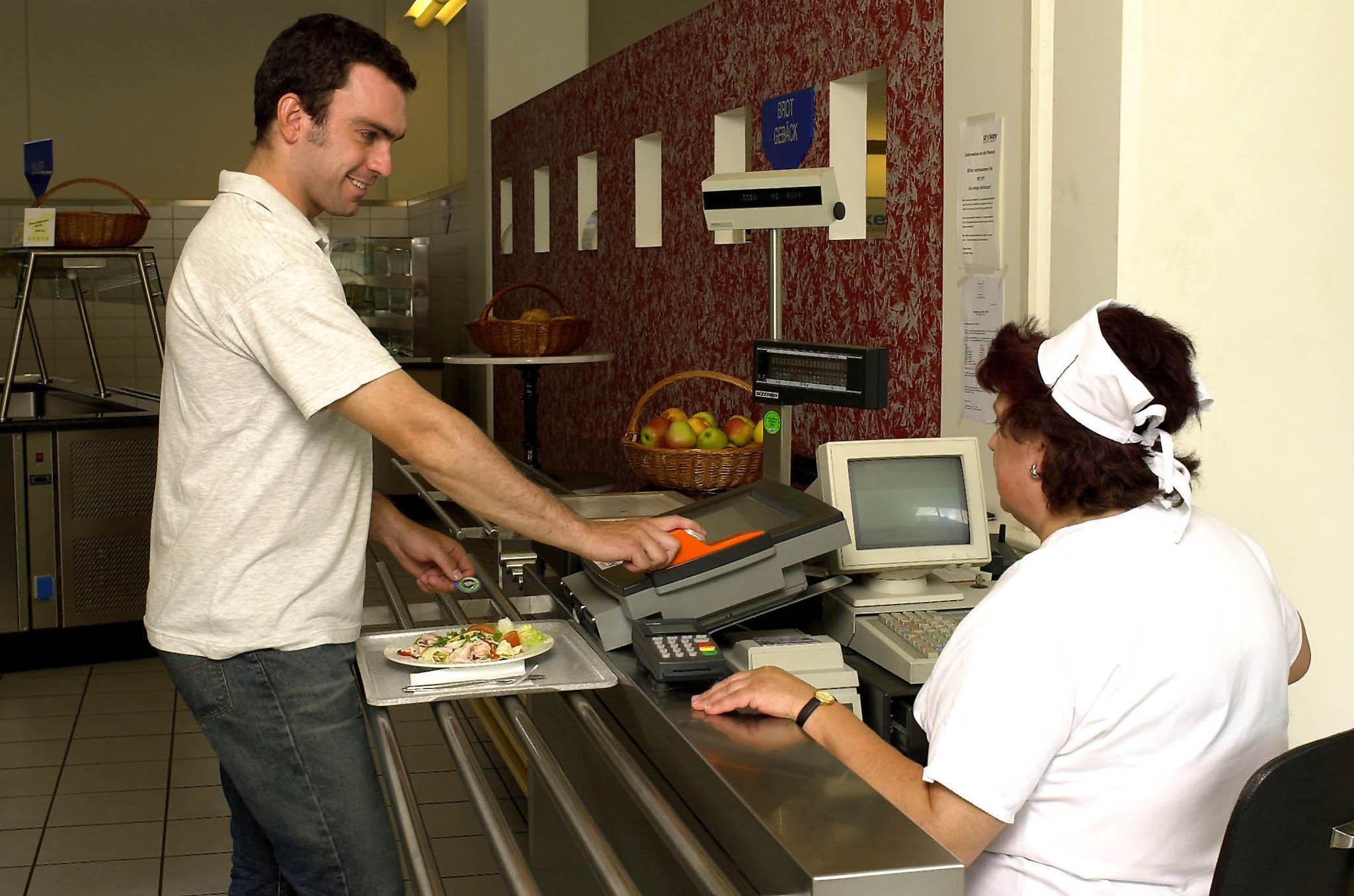 Bild zu OTS - 500 Pioniere testen das biometrische Authentifizierungssystem anhand eines bargeldlosen Bezahlungsvorgangs in einem Restaurant am Betriebsgelände der voestalpine Stahl in Linz.