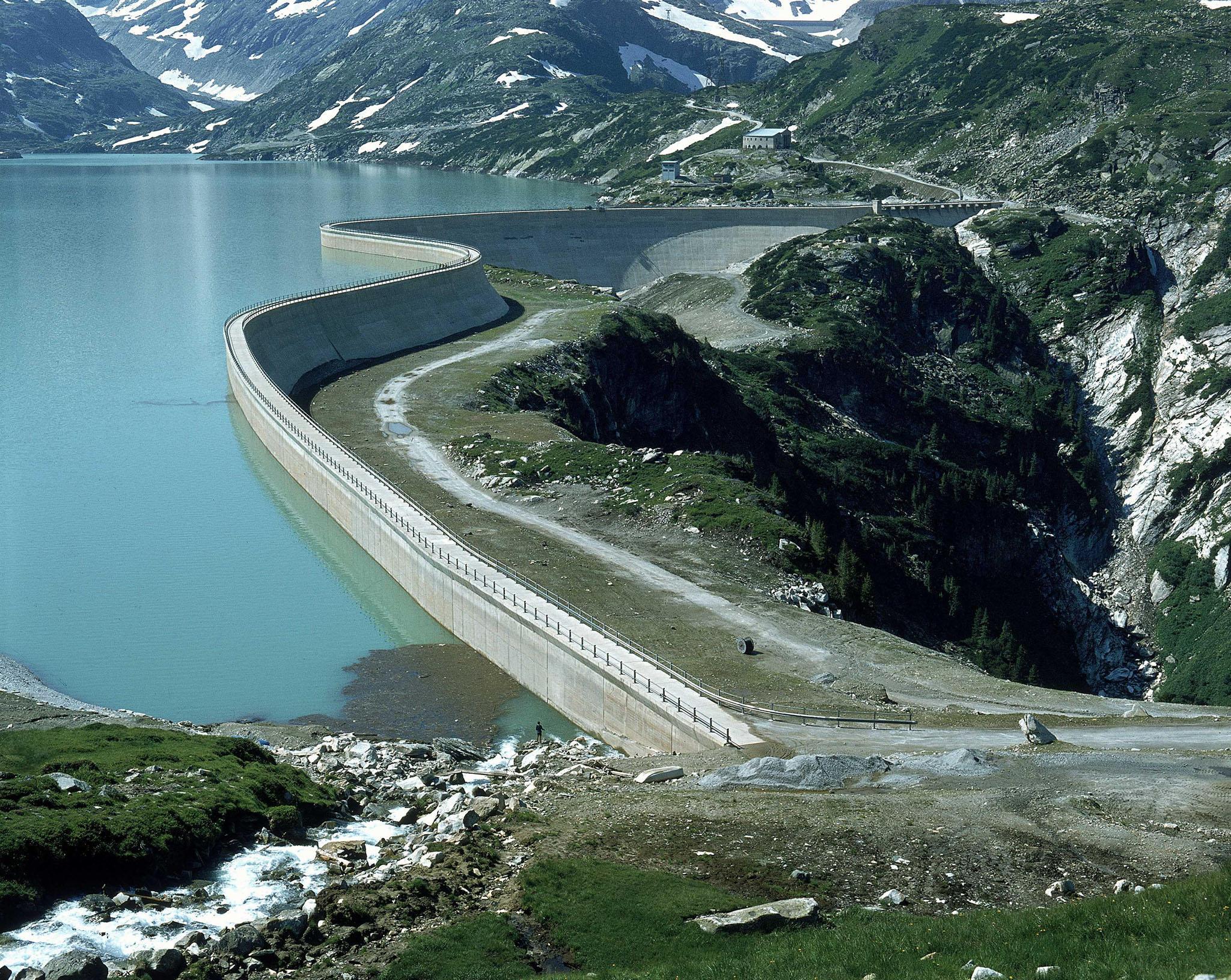 Die Bahn fährt mit Bahnstrom. Die ÖBB erzeugen diesen Strom größtenteils selbst. Im Bild: Kraftwerksgruppe Stubachtal / Tauernmoossperre - längste Staumauer Europas (1104m)
