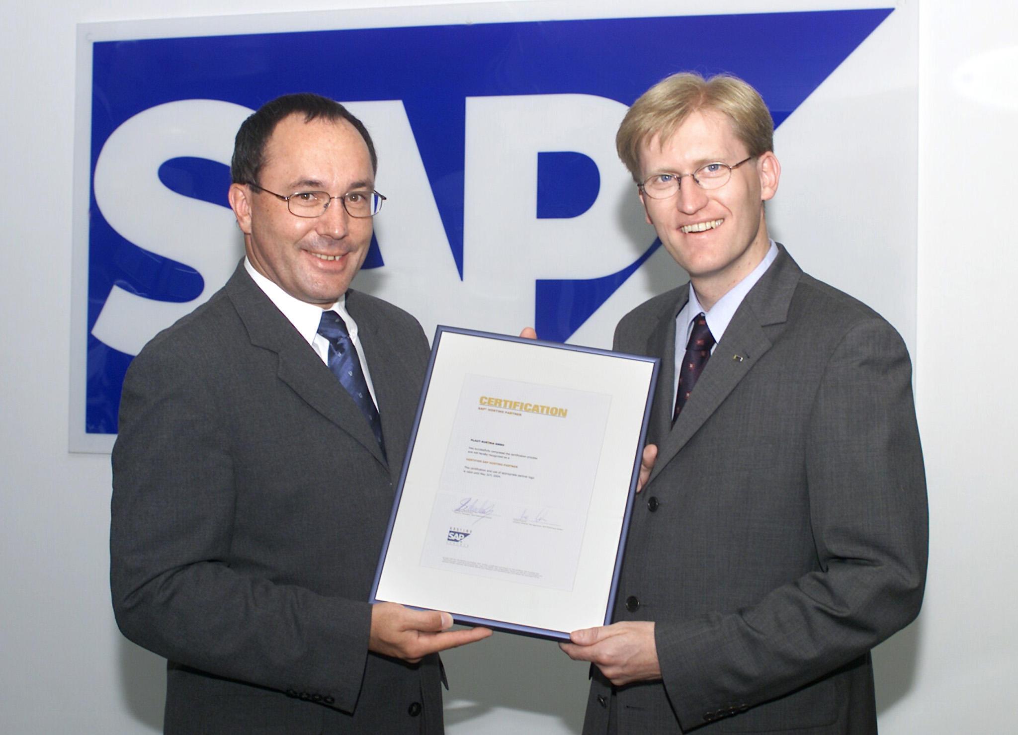 Im Bild v.l.n.r.: Wolfgang Schuckert, Country Manager SAP Österreich und Johann Grafl, Geschäftsführer IDS Scheer Plaut Austria GmbH freuen sich über die Auszeichnung.
