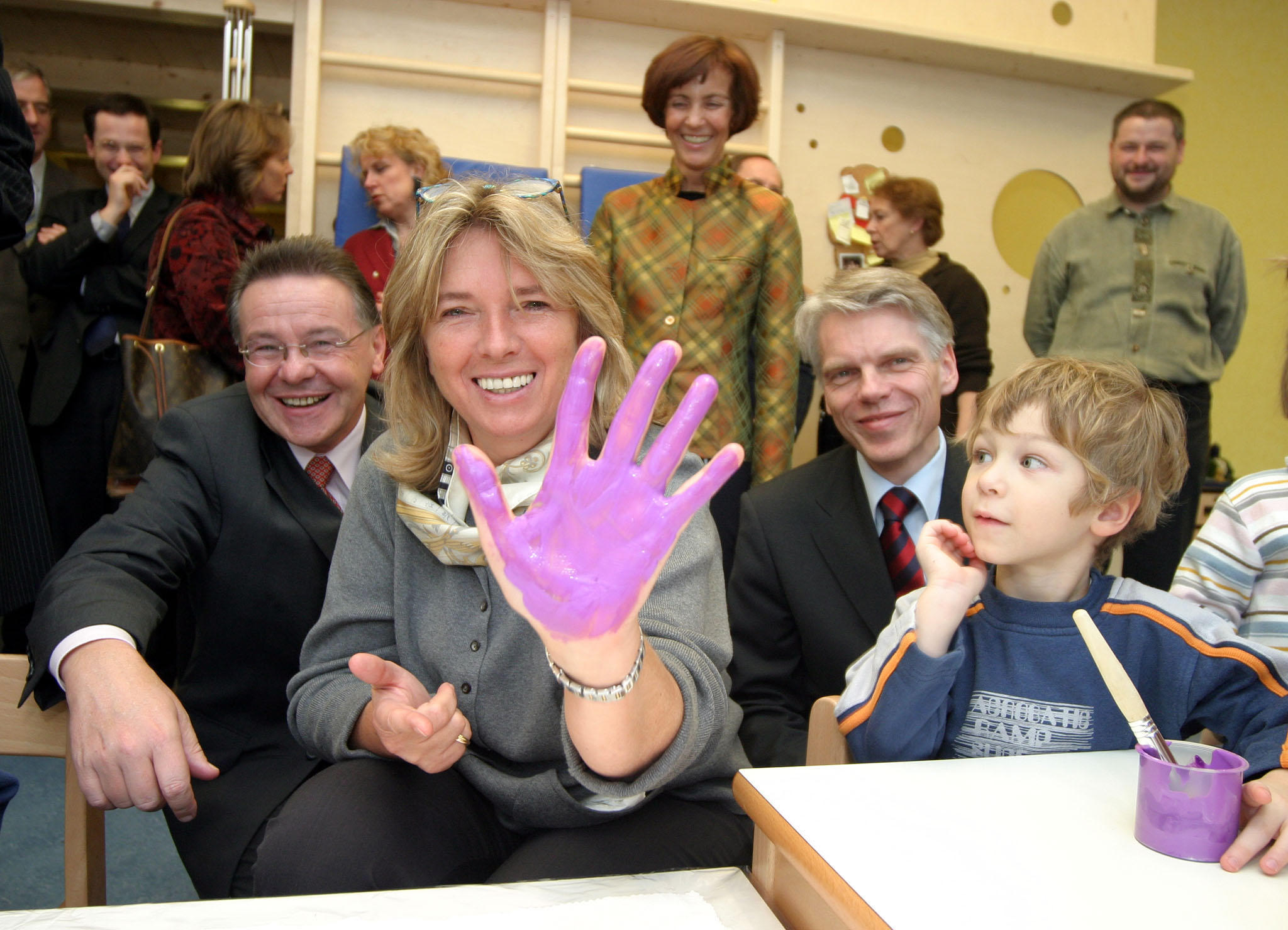 Vizebürgermeisterin Grete Laska, Klaus Stochl (links), DDr. Andreas Barner (rechts) und Kind