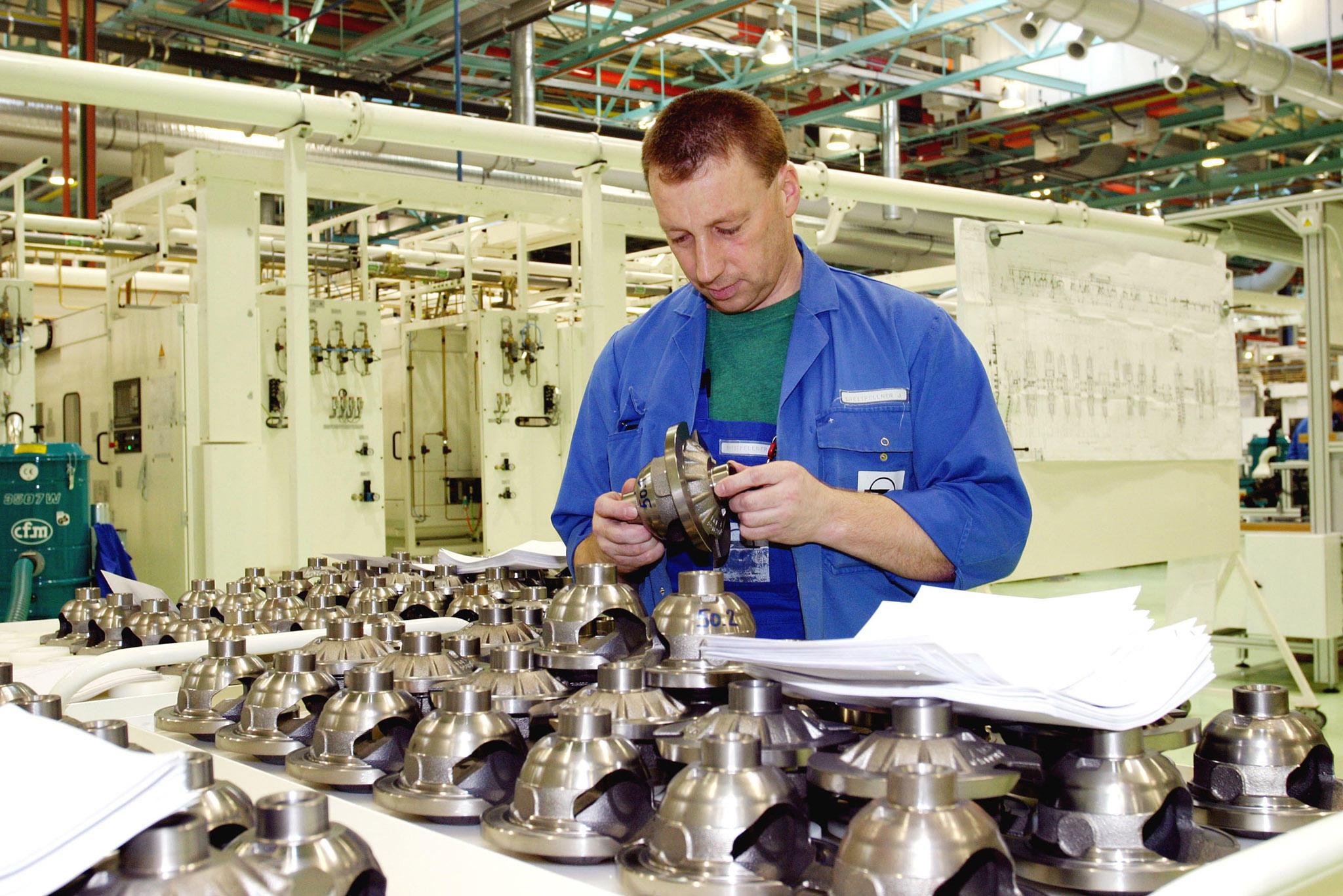 Brandneue Maschinen und die ersten Differentialgehäuse aus Asperner Produktion für das neue Sechsgang-Getriebe: Brandneuer Maschinenpark und die ersten Differentialgehäuse aus Asperner Produktion für das neue Sechsgang-Getriebe.