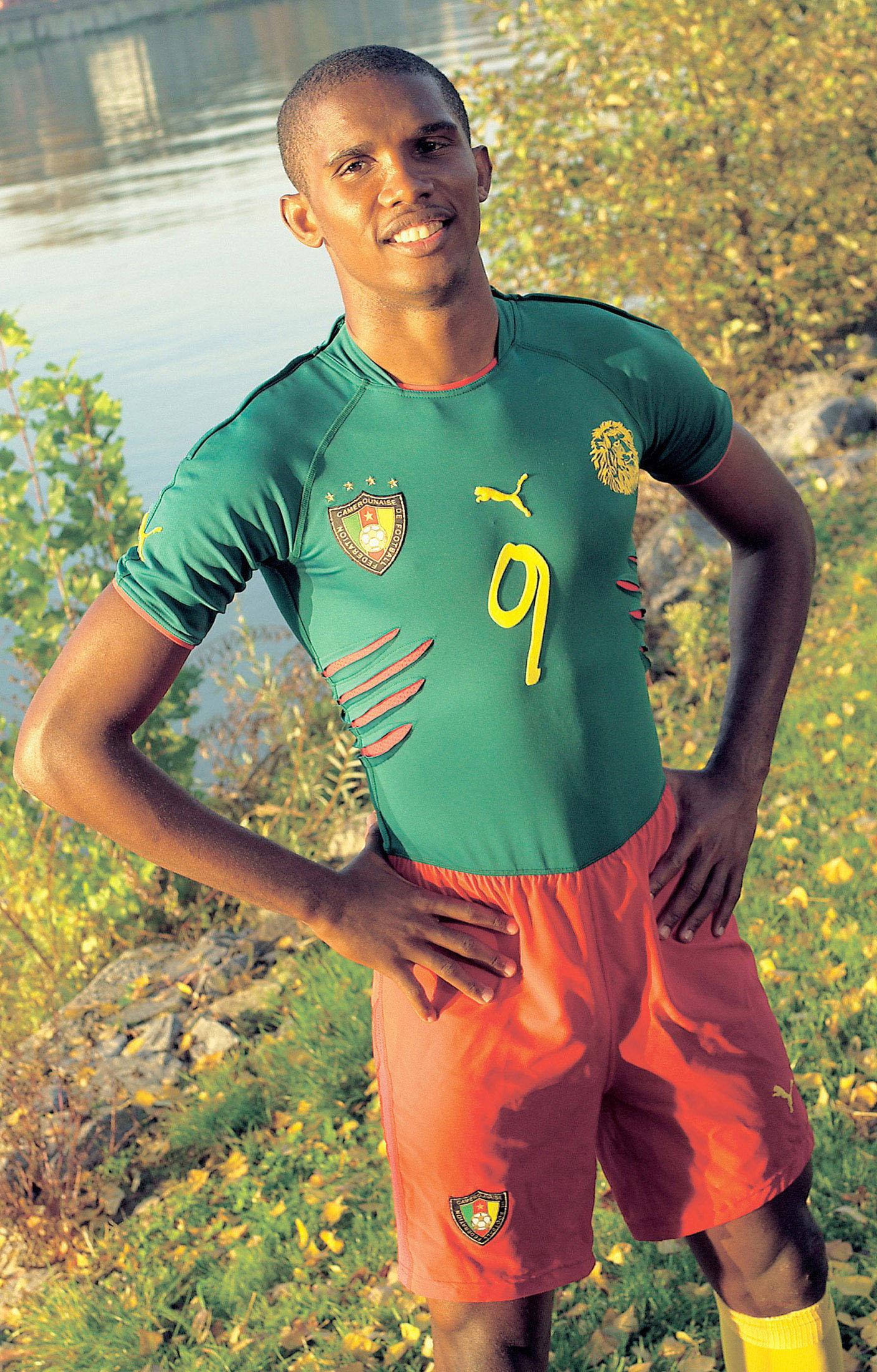 Premiere für das revolutionäre Fußballtrikot Kameruns bei den Afrikameisterschaften. Die Nationalmannschaft Kameruns wird bei ihrem ersten Gruppenspiel der Afrikameisterschaften 2004 gegen Algerien am 25. Januar in Sousse (Tunesien) in einem neuen, revolutionären Einteiler von PUMA mit dem Namen UniQT [yuni:kit] auflaufen.