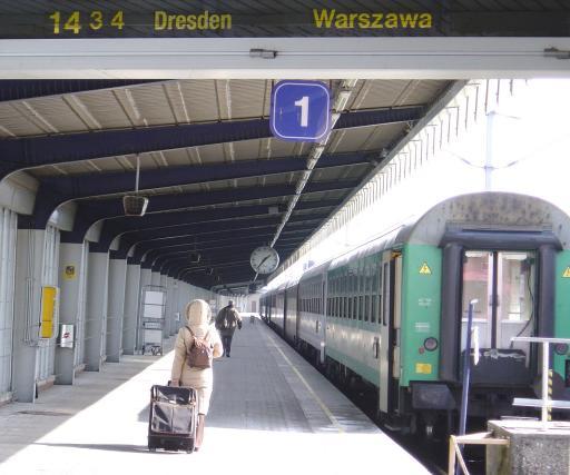 Der tägliche Zug von Wien Südbahnhof nach Warschau. Die Bahn verbindet schon vor dem 1. Mai 2004.