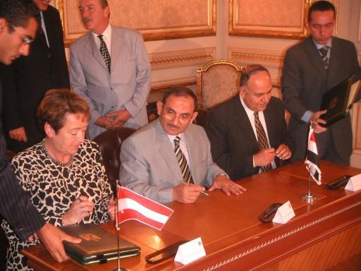 Unterzeichnung des Memorandum of Understanding am 2. Oktober 2004: (v.l.n.r.:) Bildungsministerin Elisabeth Gehrer, Dr. Sayed Meshaal, der für berufliche Bildung zuständige Minister for Military Production, und Dr. Amr Salama, der für das Hochschulwesen zuständige Minister