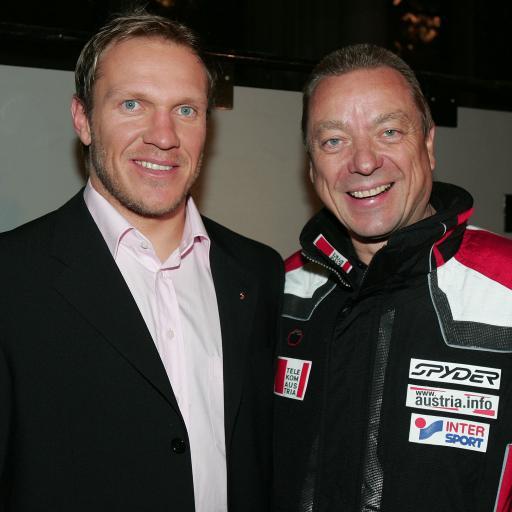 Vertauschte Rollen: Hermann Maier (l.) lässt ÖW-Geschäftsführer und Hobby-Wintersportler Dr. Arthur Oberascher den Vortritt bei der Anprobe der neuen ÖSV-Dressen.
