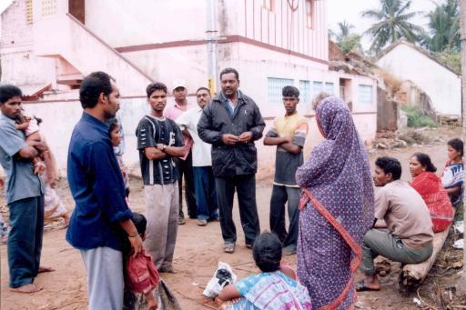 """Sahaya Raj (Mitte), der Leiter von """"CECO'DE"""" - (Centre for Community Organization and Development) - einer indischen Dalit-Selbsthilfegruppe im Gespräch mit Betroffenen."""