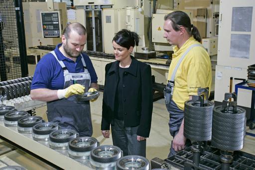 Nicole Nieder, Personaldirektorin von Opel Austria Powertrain, im Gespräch mit den ideenreichsten Mitarbeitern des Jahres 2004 Alfred Mader (links) und Bernd Lovranich (rechts)