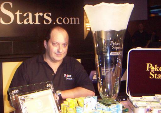 So sieht das Lächeln eines Pokerspielers aus, wenn er eben 200.000 Euro Siegprämie in Empfang genommen hat. Pascal Perrault (45)aus Frankreich hat am Wochenende das große Pokerturnier im Wiener Concord Card Casino gewonnen. Am dreitägigen Turnier nahmen 297 SpielerInnen aus 27 Nationen teil. Die Weltelite des Pokerns reist nun nach einer Woche in Wien weiter nach Monaco, wo es um 2,5 Millionen Euro geht.