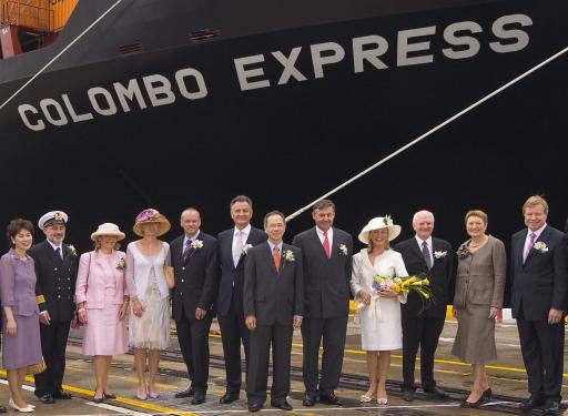 """Das größte Containerschiff der Welt wurde heute in Singapur getauft. Taufpatin ist Christine Krumnow (4.v.r.), Ehefrau des TUI-Aufsichtsratsvorsitzenden Dr. Jürgen Krumnow (rechts). Bei der Zeremonie ebenfalls anwesend: Dr. Michael Frenzel, Vorstandsvorsitzender der TUI AG (6.v.l.) und Gabriele Frenzel (4.v.l.), Michael Behrendt, Vorstandsvorsitzender der Hapag-Lloyd AG (5.v.r.) und Cornelia Behrendt (3.v.l.), Adolf Adrion, Mitglied des Vorstands der Hapag-Lloyd AG (3.v.r.) und Frau Ursula Adrion (2.v.r.). Kapitän der """"Colombo Express"""" ist Nikola Benac (2.v.l.)."""