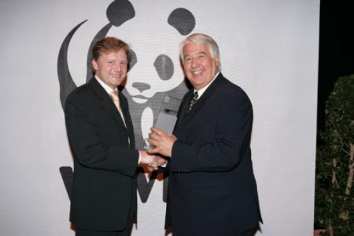 v.l.n.r.: Herr Dr. Helmut Pechlaner (WWF Österreich)übergibt den Preis an Herrn Mag. Ewald Sauerczopf (GF Scotts Celaflor).
