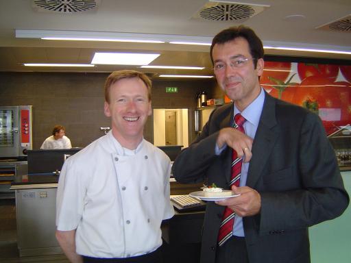 Küchenchef Michel Serton und Techno-Z-Geschäftsführer Mag. Werner Pfeiffenberger freuen sich über die Eröffnung des Betriebsrestaurants ZET.