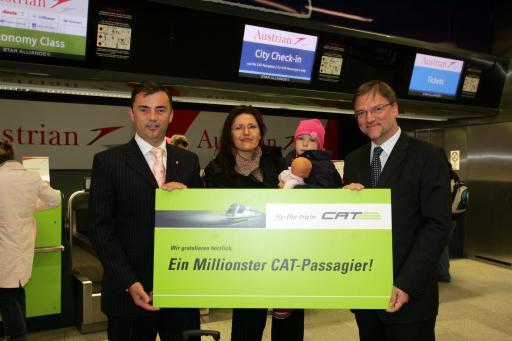DI Dr. Stefan Wehinger, Vorstand der ÖBB Personenverkehrs AG, und Ing. Gerhard Schmid, Vorstandsdirektor der Flughafen Wien AG, nehmen mit Frau Sandra Treubold den 1 Millionsten CAT-Passagier feierlich in Empfang.