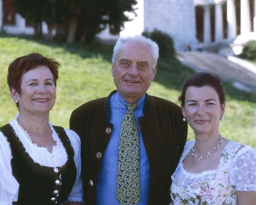 """O'zapft is!"" mit Hubers Landhendl. v.l.n.r.: Maria Huber (Geschäftsführerin Hubers Landhendl), Peter Schottenhamel, Mag. Sylvia Huber (Prokuristin Hubers Landhendl)."