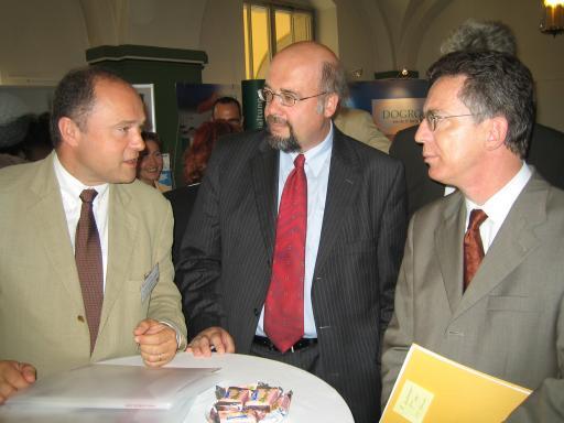v.l.n.r.: Dr. Johannes Adler, Geschäftsführer ANECON, Dr. Hans-Peter Seddig, Leiter der KoBIT, Dr. Thomas de Maizière, sächsischer Innenminister
