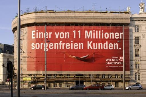 """""""Sorgenfreier Kunde"""" macht es sich auf Hängematte am Megaboard Netz am Schwarzenbergplatz Nr.13 gemütlich."""