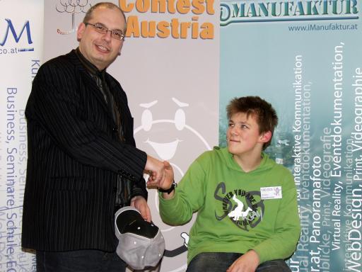 Univ.-Lektor DI Harald Wondra gratuliert Vinzenz Stadtmüller zum Sieg bei der Landessausscheidung des Computer Contest Austria im Techno-Z Salzburg.