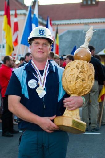 """Der Sieger der Forstarbeiter WM in Otepää (Estland) Johann Raffl aus Italien mit Goldmedaille und dem """"Holzpokal""""."""