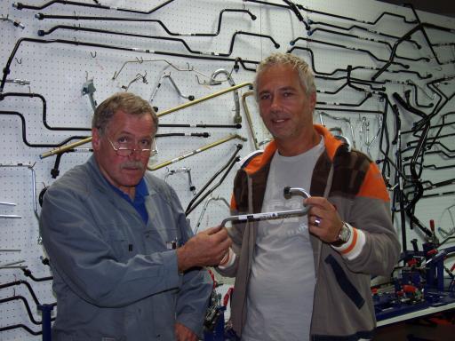 Die beiden Viper Tube-Geschäftsführer Georg Hallinger (links) und Christian Maierhofer vor ihrer Sammlung von 800 Muster-Rohrleitungen.