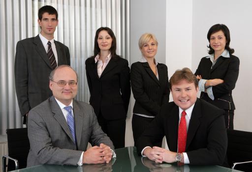 Dr. Stefan Eder, DLA Piper Weiss-Tessbach, Regional Managing Partner CEE ( l. sitzend), Peter Valert, Leiter des Büros in Sofia (r. sitzend) mit Juristen des Teams
