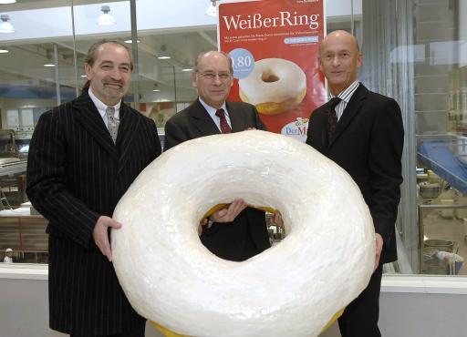 v.l.n.r.: Dkfm. Alois Schober (Geschäftsführer Young & Rubicam), Hon. Prof. Dr. Udo Jesionek (Präsident WEISSER RING), Senator Kurt Mann (Geschäftsführer Der Mann) http://www.pressefotos.at/album/1/1/200701/20070119_m/