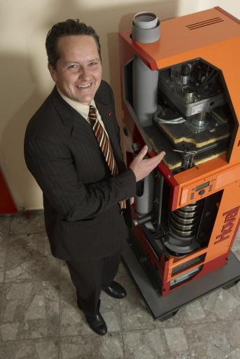 Hoval Österreich-Geschäftsführer Christian Hofer mit dem BioJet von Hoval, dem ersten Öl-Brennwertkessel, der wahlweise mit Heizöl Extraleicht, Heizöl EL schwefelarm oder Bioheizöl betrieben werden kann.