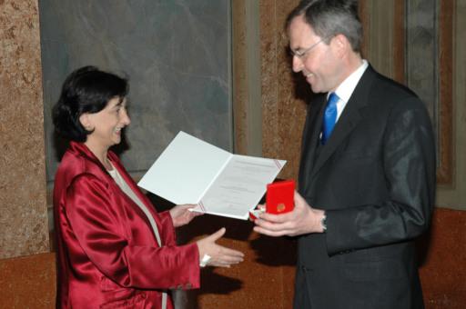Justizministerin Dr. Maria Berger verleiht Goldenes Ehrenzeichen an Generalsekretär Dr. Christian Sonnweber.