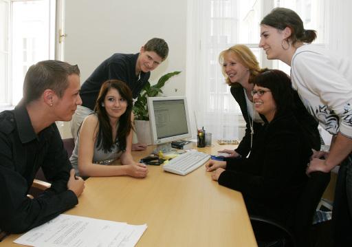 Bundesministerin Doris Bures mit Lehrlingen des Bundeskanzleramts
