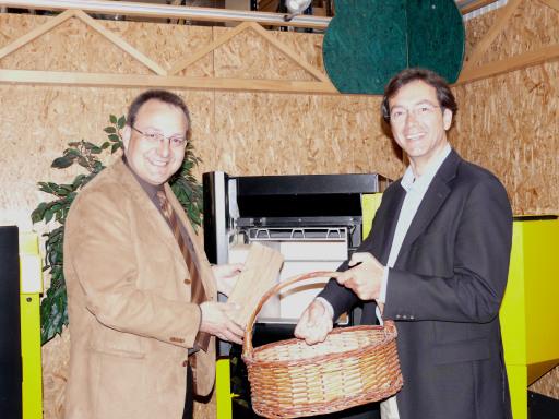 v.l.n.r.: Dipl.-Ing. Herbert Hartl, MBA und Techno-Z-Geschäftsführer Mag. Werner Pfeiffenberger vor dem SHT-Kombi-Heizkessel für Pellets und Scheitholz.