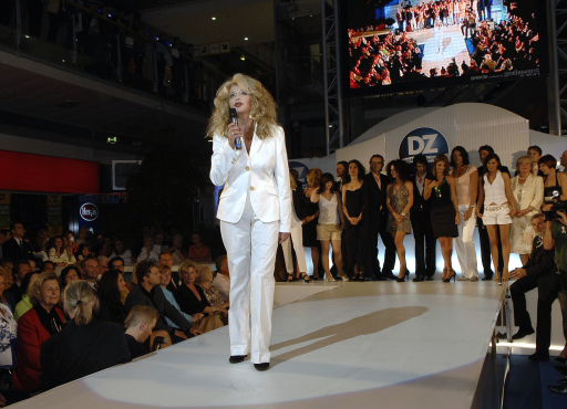 Jeannine Schiller: Charity Modegala mit prominenten Models, v.l.n.r.: Jeannine Schiller (Organisatorin) und Promi-Models http://pressefotos.at/album/1/1/200705/20070510_f/