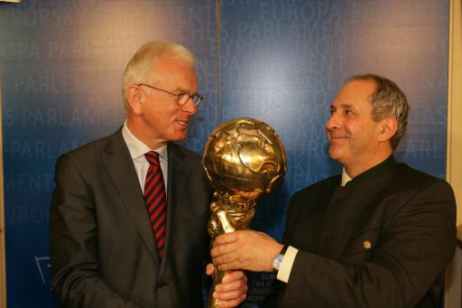 Präsident des Europa-Parlaments Dr. Hans-Gert Pöttering (links) und Ing. Wolfgang Neumann, Energy Globe Gründer (rechts)