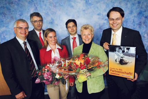 Mag. Marcus Wild (Geschäftsführer INTERSPAR), Dr. Wilfried Vyslozil (Geschäftsführer SOS-Kinderdorf Österreich), Mag. Britta Bachmayer (Events & Promotions INTERSPAR), Mag. Markus Kaser (stv. Geschäftsführer INTERSPAR), Renate Lehnort (Leiterin PR/Sponsoring-CSR SOS-Kinderdorf Österreich) und Dr. Gerhard Drexel (Vorstandsvorsitzender SPAR) bei der Übergabe der Dankesurkunde.