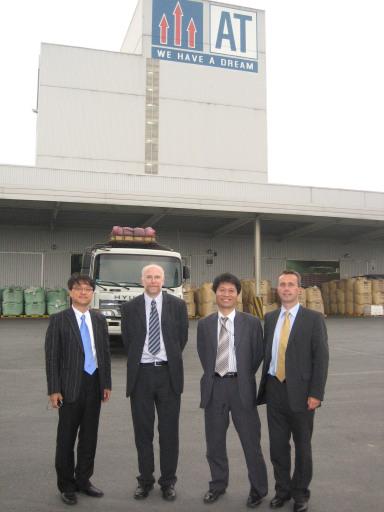 Geschäftsführer DI Helmut Grabherr (im Bild ganz rechts) mit Forschungspartner DDr. Klaus Neufeld bei Kundenbesuch in Korea (Mai 2007)