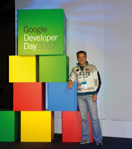 """Denis Banovic, Programmierer bei der Salzburger Internetagentur http://www.ncm.at und einziger österreichischer Teilnehmer am Google Developer Day in London: """"Hinter den Kulissen von Google passiert so viel. Dinge, bei denen es extrem wichtig ist, in der Programmierung die neuesten Skills zu beherrschen. Wer in all diesen Technologien vorne dabei sein will, darf eine solche Gelegenheit nicht verpassen. All die Programmierfeinheiten werden beim Google Developer Day auf höchstem fachlichem Niveau besprochen - einfach weil auch die Teilnehmer alle nur aus diesem Bereich kommen."""""""