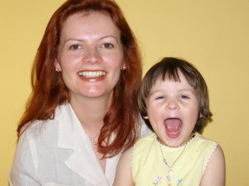 QUAX-Familienportal-Gründerin Martina Kropsch hat drei Kinder. Sie war zehn Jahre in Kundenservice, Marketing und Key Account Management der APA-Austria Presse Agentur tätig. Nach der Karenzpause mit Klara (mit im Bild) freut sie sich wieder auf die Rückkehr in die Welt der Informationen.