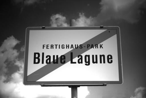 Am 22. Juni findet eine nächtliche LiteraTOUR durch Musterhäuser und Vorgärten am Areal des Fertighauszentrums Blaue Lagune/SCS statt. Infos: www.literatur-aao.at