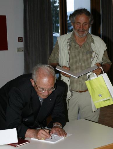 Beim signieren der Bücher sprach Altbischof Reinhold Stecher über die Fasziniation und den inneren Reichtum des Bergwanderns.