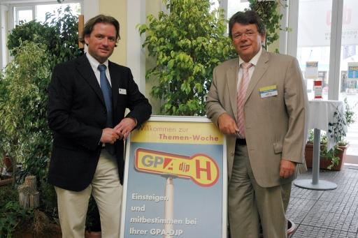Mag. Thomas Reinauer, Centermanager des Designer Outlet Parndorf (links) und Wolfgang Katzian, Bundesvorsitzender der Gewerkschaft der Privatangestellten, Druck, Journalismus, Papier (GPA-DJP) bei der Info-Haltestelle, bei der Beschäftigte während der Themenwoche informiert werden.