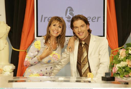 "Ireen Sheer und Moderator Axel Ruth in ihrer Sendung ""Ireen Sheer Trendline"" beim Shoppingsender HSE24."