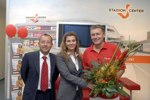 Rainhard Fendrich nach dem Konzert mit der Leitung des Stadion Center: