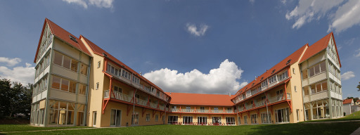 Jugend & Familiengästehaus Nördlingen im Ries. Direkt an der Stadtmauer von Nördlingen gelegen. 185 Betten in 53 Zimmern nach Planeten (Farben, Hölzer, usw) gestaltet.