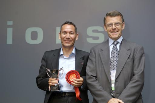"""im Bild v.l.n.r. Christian Pereira, Geschäftsführer der D+S solutions GmbH und Duncan Ross, IBM European Business Manager für Voice Systems beim """"Genesys Voice Idol 2007 Award"""""""