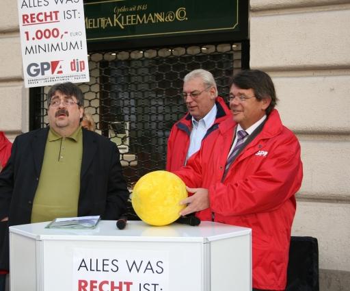 Die Kollektivvertrags-Zitrone 2007 geht an den Österreichischen Rechtsanwaltskammertag (ÖRAK) v.l.n.r.: Karl Proyer, stv. Bundesgeschäftsführer GPA-DJP; Gerhard Hennerbichler, stv. Bundesgeschäftsführer GPA-DJP; Wolfgang Katzian, Vorsitzender GPA-DJP