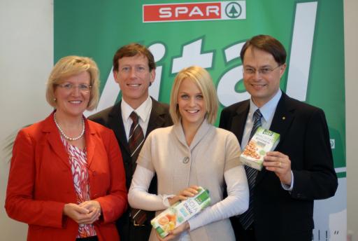 SPAR Vital ist die neue gesunde Eigenmarke von SPAR v.l.n.r.: Maria Anna Benedikt, Dr. Raimund Weitgasser, Mirjam Weichselbraun, Dr. Gerhard Drexel. http://pressefotos.at/album/1/45/200710/20071008_s/
