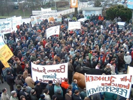 Demonstration im Jänner 2007 vor der Zentrale der Berglandmilch in Aschbach