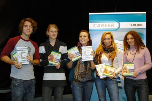 Die SchülerInnen des Akademisches Gymnasium mit ihren druckfrischen CAREER GUIDE `08  Ausgaben. http://www.pressefotos.at/album/1/53/200711/20071113_c/