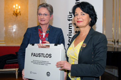 "BM Schmied: ""Gemeinsam gegen Gewalt an Schulen vorgehen"" v.l.n.r.: BM Dr. Claudia Schmied, Dr. Christiane Spiel http://pressefotos.at/m.php?g=1&u=53&dir=200711&e=20071121_f&a=event"