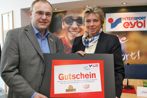 10 Jahre Megastore Mariahilferstrasse: Intersport Eybl zieht erste Bilanz! v.l.n.r.: Dr. Peter Wahle (Vorstand Sport Eybl & Sports Experts AG), Vbgm Grete Laska. http://pressefotos.at/m.php?g=1&u=52&dir=200711&e=20071126_e&a=event